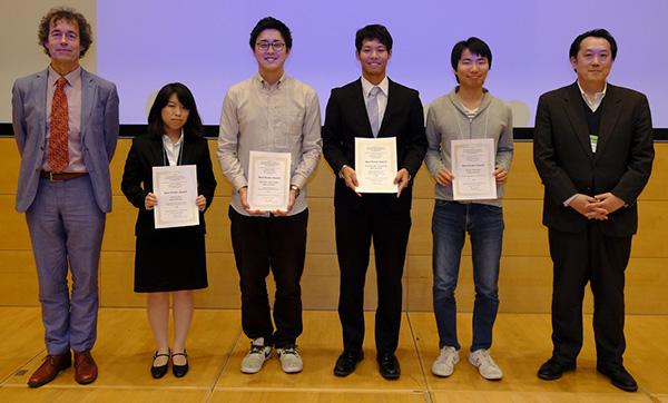 左から、2番目が齊藤日菜さん、4番目が寺下進之佑君、1番右が塚本新教授